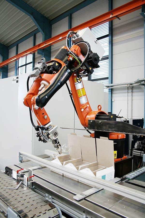 Verpacken von Weingläsern in Kartons durch ein KOCH Robotersystem