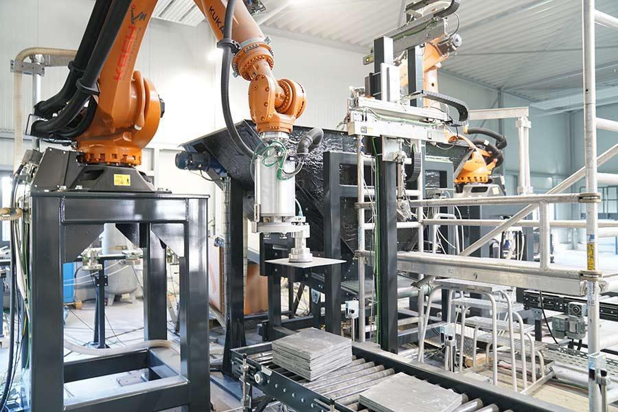 Zuführung einer Schieferplatte zum nächsten Produktionsschritt Fräsen