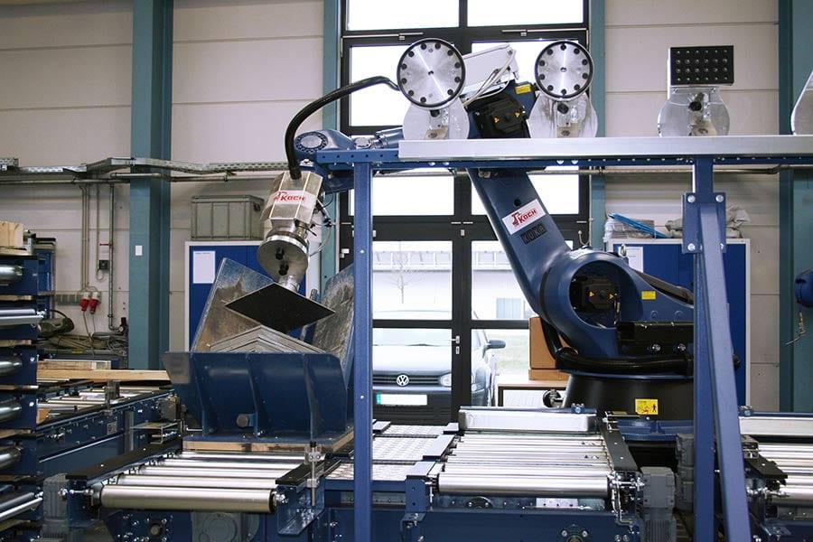 Entnahme von einer Schieferplatte zur Weitergabe an den Produktionsprozess